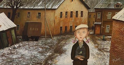 Девочка на фоне дома
