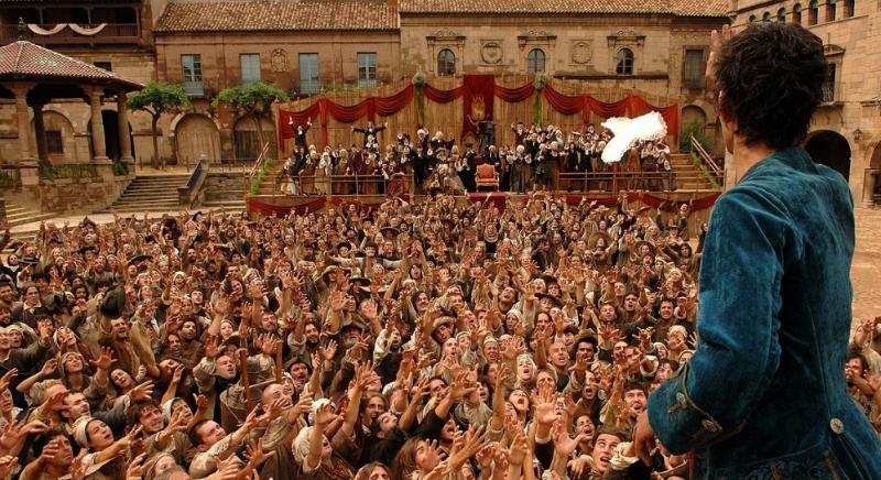 Толпа людей, тянущих руки вверх