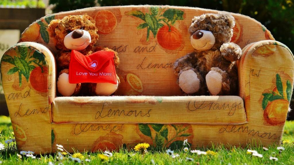 Два медвежонка на диване