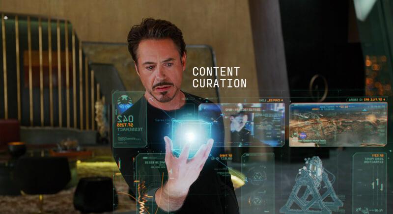 Мужчина со светящимся кубом в руке