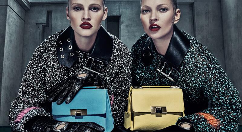 две женщины с сумочками